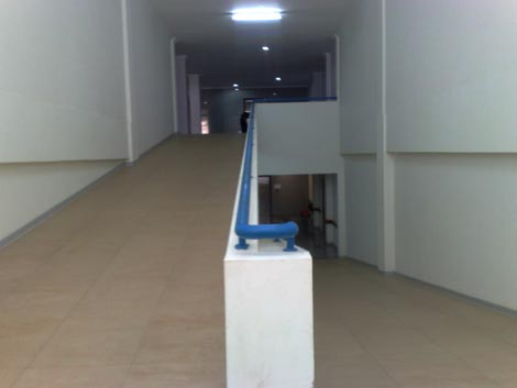jalan menuju lantai 2 rumah sakit, tanpa tangga