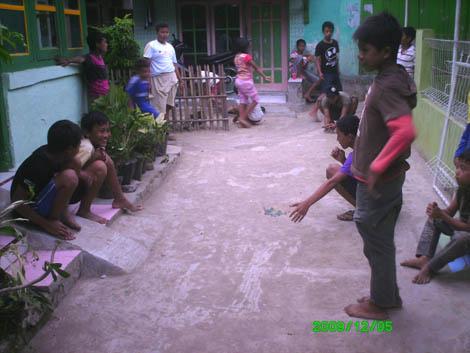 Sejumlah anak berbagai usia bermain kelereng bersama di sore hari