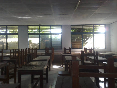 ruang kelas terllhat dari kaca jendela