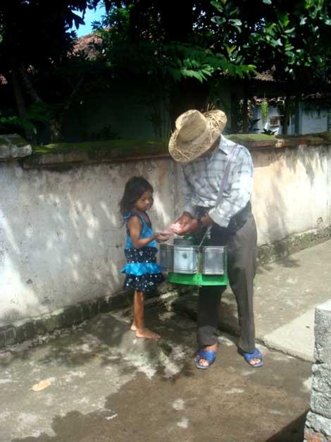 Mamiq Kartini selalu ditunggu kedatangannya oleh anak-anak