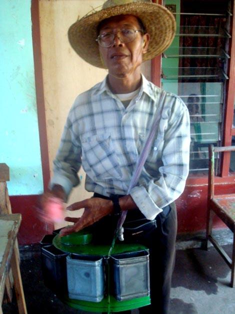 Pak Pung, penjual arum manis di Pemenang, Lombok Utara