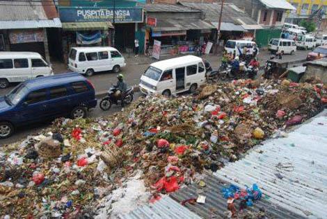 Tumpukan sampah di sekitar Pasar Ciputat