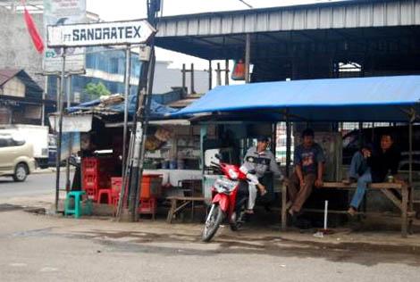 Plang penunjuk jalan masuk ke PT Sandratex