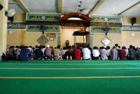 Shalat dzuhur berjamaah di Masjid Agung Al-Jihad