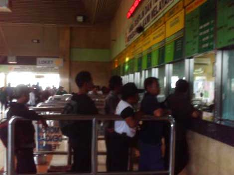 Antrian pembeli tiket di Stasiun Tanah Abang