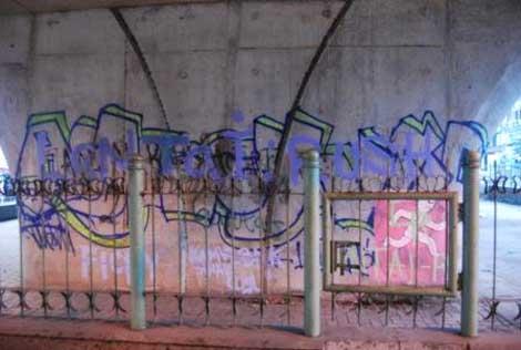 Coret-coretan kini menghiasi flyover, salah satunya grafitti