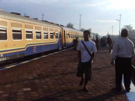 Kereta Bengawan berhenti di Stasiun Klaten