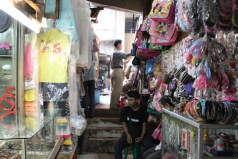 Kios Pak Haji Rohim, yang menjual berbagai aksesoris wanita dan anak-anak
