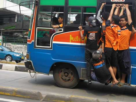 The Jakmania membajak sebuah Metro Mini