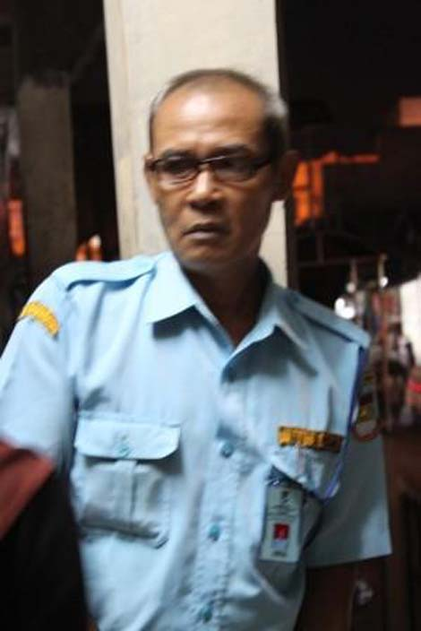 Pak Ahmad, petugas keamanan Pasar Ciputat, yang tak sengaja bertemu denganku