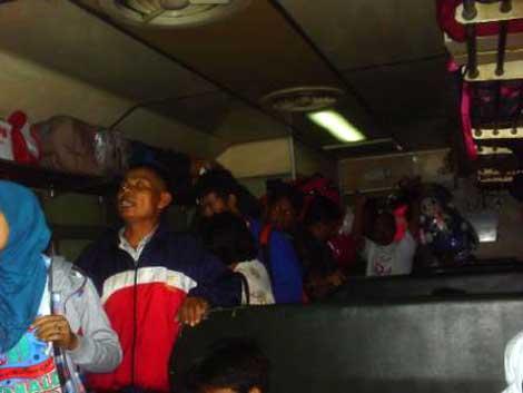 Penumpang dan pedagang berdesakan di dalam Kereta Bengawan