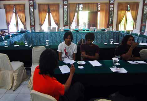 Kelompok diskusi mengenai hubungan komunitas dengan pemerintah, dipandu oleh Hafiz