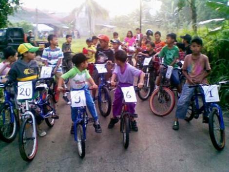 Para peserta sepeda santai kebingungan karena salah garis start