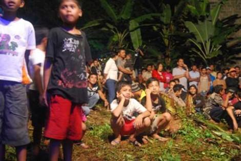 Antusias anak-anak menyaksikan aksi panggung Dangdut Familys