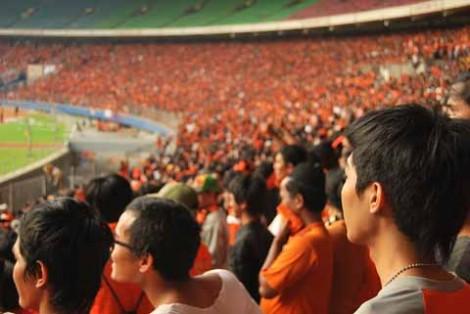 Stadion dipenuhi oleh The Jakmania dengan kostum oranye kebanggaannya