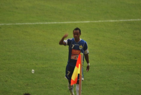 Atep, salah satu pemain Persib, meminta para The Jak untuk tidak melemparinya dengan botol