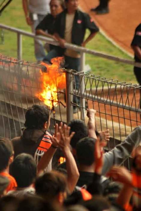 Para supporter membakar sebagian pagar pembatas