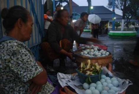 Ibu Hartini, penjual Endog Amal dan Kinang