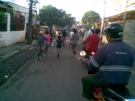 Para peserta bersemangat mengikuti acara sepeda santai