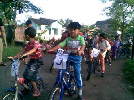 Para peserta siap melaju dengan sepedanya