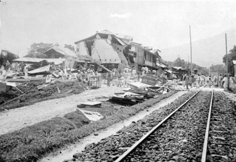 Hancurnya Stasiun Padangpanjang setelah gempa tahun 1926