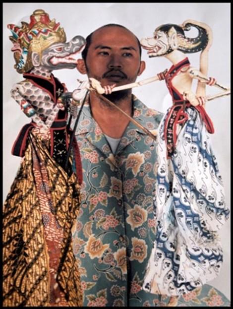 Dua wayang golek cepak dipegang oleh keponakan Ki Akhamadi. Kini wayang tersebut juga telah dijual