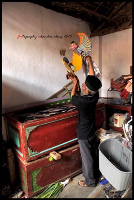 Ki Akhamadi memainkan duplikat wayang Garuda (wayang aslinya sudah terjual)