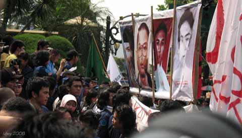 Para mahasiswa Trisakti membawa poster wajah para korban kerusuhan Mei 1998