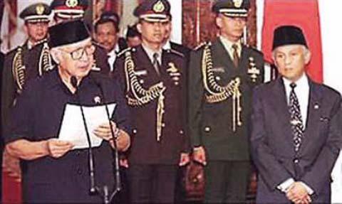Soeharto menyampaikan pengunduran dirinya sebagai Presiden RI