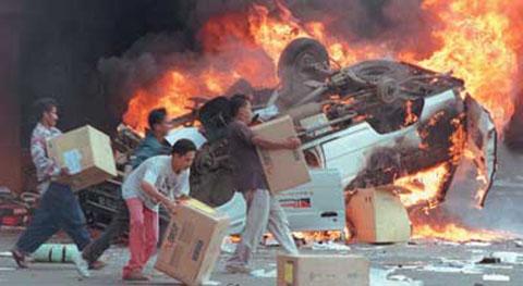Massa berbondong-bondong menjarah pertokoan milik warga Tionghoa