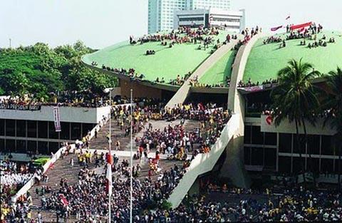 Massa menduduki Gedung DPR