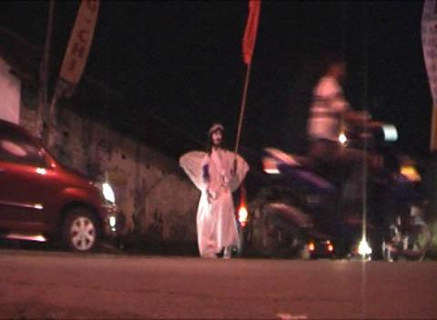 Pak Tris mengatur lalu lintas dengan kostum malaikat