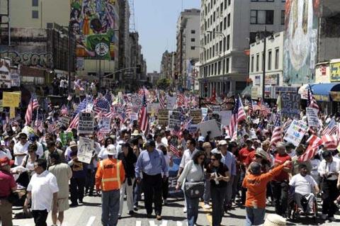 Para imigran di Los Angeles melakukan demonstrasi pada May day 2010