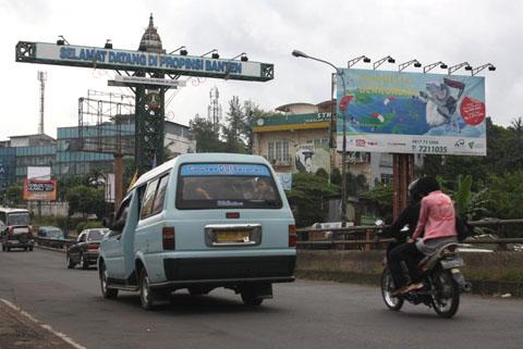 """Gapura """"Selamat Datang di Provinsi Banten"""", yang sekaligus menjadi gerbang masuk wilayah Ciputat"""
