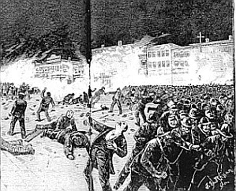 Peristiwa Haymarket 1 Mei 1886 di Amerika Serikat. 400.000 buruh mengadakan demonstrasi menuntut pengurangan jam kerja