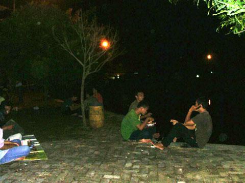Para anak muda menghabsikan waktu di Balong