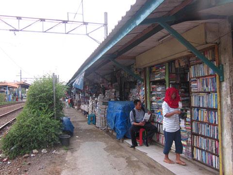 Toko Buku Bekas Di Stasiun Pondok Cina Akumassa