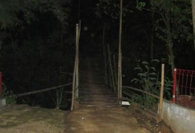 Jembatan yang menghubungkan Pondok Petir dan Rawakalong