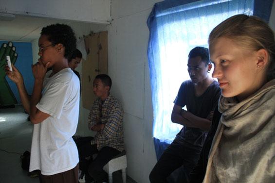 Para pengunjung sedang menyaksian karya-karya video di kediaman Komunitas Sarueh
