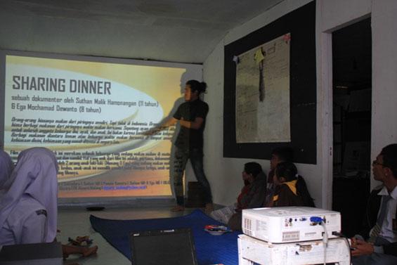 David Darmadi membantu menjelaskan materi diskusi