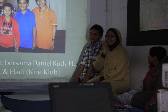 Thantien dan Monang presentasi di hadapan para pengunjung