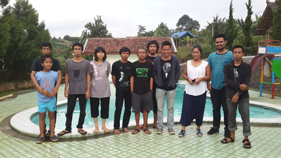 Foto bersama para partisipan dengan Bambang Sulistyo (Gatra)