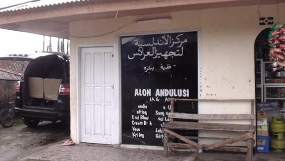 Salah satuakumassa_MIGRASI: ESENSI HIJRAH DALAM KONTEKS ISLAM_09 contoh Tulisan Arab di atas kaca sebuah rumah
