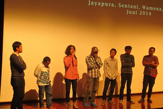 Para fasilitator pelatihan Media Untuk Papua Sehat, didampingi oleh Manajer Program dan Kinerja USAID (kiri ke kanan: Yuki Aditya, Bapak Firmansyah, Gelar Soemantri, Syaiful 'Paul' Anwar, Manshur Zikri, Mahardika Yudha dan Bagasworo Aryaningtyas)