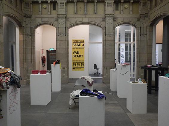 Ruang tengan Willem de Kooning Academy yang juga jadi ruang pameran bagi para mahasiswa.