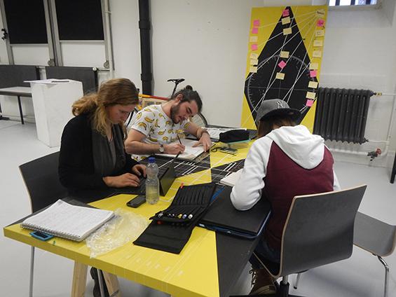 Kelompok 1: Maarle, Sila dan Noelle, sedang mengulas tugas dari kelompok lain.