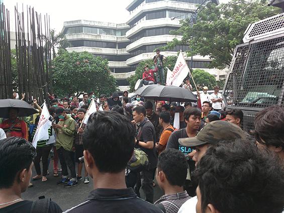 Rombongan demonstran yang mengatasnamakan SAMAD.