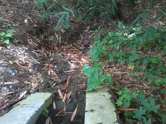 Saluran drainase yang terputus karena pembangunannya yang tak selesai.