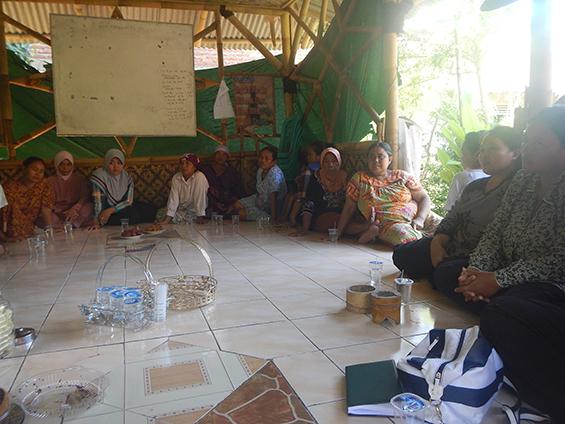Suasana di Saung Ciranggong ketika acara pengukuhan Wanita Tani Forum Dulur Rakyat Wates (Fardurawat).