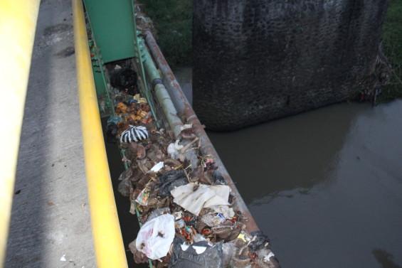 Sampah yang tersangkut di pagar jembatan Koto Baru, Solok sungai dibawahnya mengalir dan menyatu dengan Batang Lembang yang bermuara di Singkarak (2014)